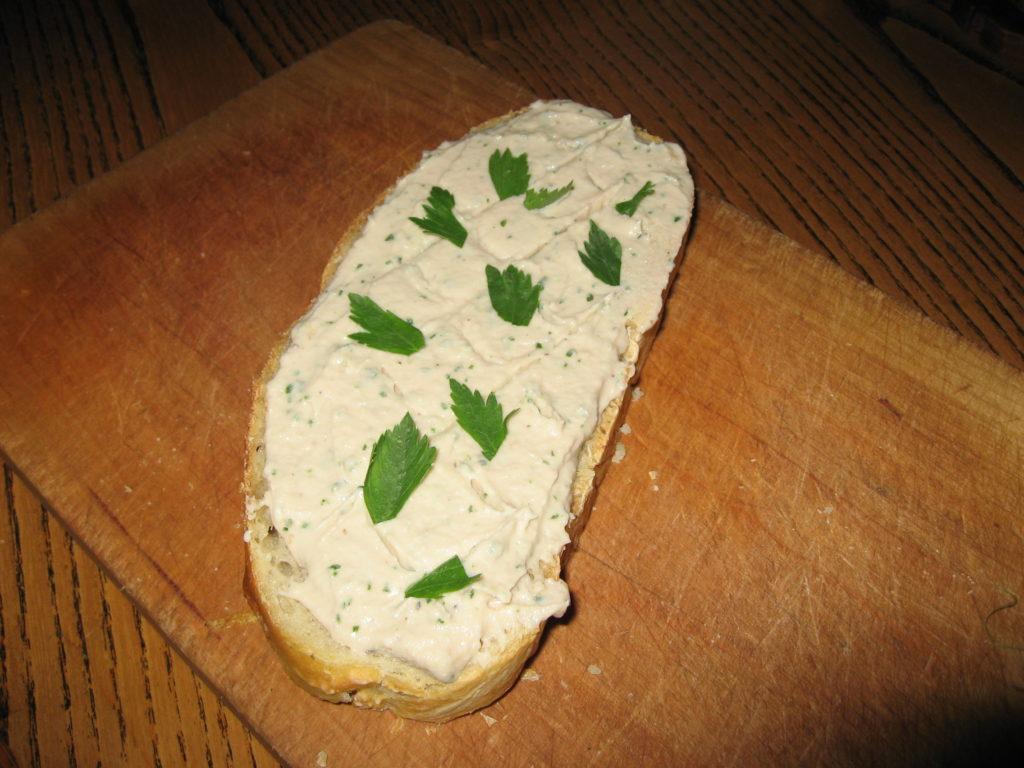 Připraveno k nakousnutí, jak jinak než na domácím chlebu! ;-)
